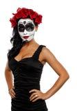 Piękna młoda kobieta z cukrową czaszką i kwiatami w jej włosy Zdjęcie Royalty Free