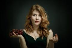 Piękna młoda kobieta z czerwonymi włosami Obrazy Royalty Free