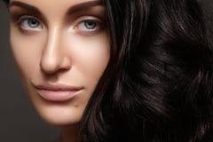Piękna młoda kobieta z czystą skórą, piękny prosty błyszczący włosy, mody makeup fotografia stock