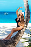 Piękna młoda kobieta z długie włosy w słomianym kapeluszu relaksuje dalej obraz stock
