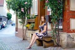 Piękna młoda kobieta z długimi włosami w lata smokingowy iść dla spaceru w Niemieckim mieście Szczęśliwa dziewczyna cieszy się ch zdjęcia stock