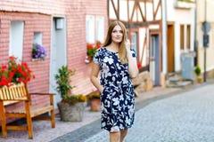 Piękna młoda kobieta z długimi włosami w lata smokingowy iść dla spaceru w Niemieckim mieście Szczęśliwa dziewczyna cieszy się ch fotografia royalty free