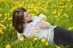 Piękna młoda kobieta z dandelions Obraz Royalty Free