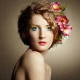 Piękna młoda kobieta z delikatnymi kwiatami w ich włosy Zdjęcie Stock