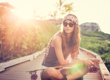 Piękna młoda kobieta z deskorolka Fotografia Stock