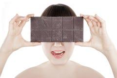 Piękna młoda kobieta z dużym czekoladowym barem - (serie) Obrazy Royalty Free