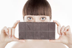 Piękna młoda kobieta z dużym czekoladowym barem - (serie) Fotografia Stock