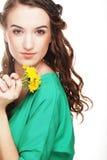 Piękna młoda kobieta z dużymi żółtymi dandelions Obraz Royalty Free