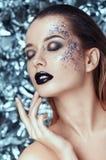 Piękna młoda kobieta z evening migocącego makeup na bożego narodzenia tle ludzie, piękno, moda, wakacje i magii pojęcie, Zdjęcia Stock