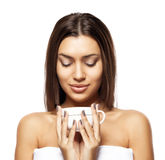 Piękna młoda kobieta z filiżanką kawy, na białym tle zdjęcia royalty free
