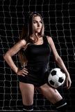 Piękna młoda kobieta z futbolem Fotografia Royalty Free