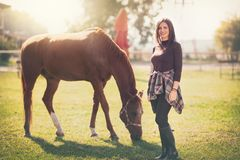 Piękna młoda kobieta z jej koniem obrazy stock