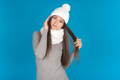 Piękna młoda kobieta z kapeluszem i szalikiem zdjęcie stock