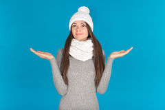 Piękna młoda kobieta z kapeluszem i szalikiem obraz stock