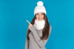 Piękna młoda kobieta z kapeluszem i szalikiem zdjęcia royalty free