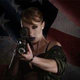 Piękna młoda kobieta z karabinem Obrazy Stock