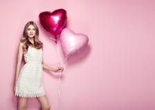 Piękna młoda kobieta z kierowego kształta lotniczym balonem Obrazy Royalty Free