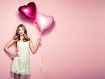 Piękna młoda kobieta z kierowego kształta lotniczym balonem Obrazy Stock