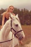 Piękna młoda kobieta z koniem zdjęcia stock
