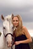 Piękna młoda kobieta z koniem obrazy royalty free