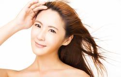 Piękna młoda kobieta z latającym włosy fotografia stock