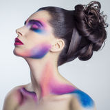 Piękna młoda kobieta z, malujący barwiony ciało i Zdjęcia Stock