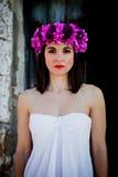 Piękna młoda kobieta z menchia kwiatami i biel ubieramy zdjęcie royalty free