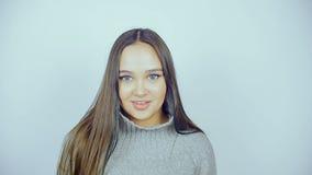 Piękna młoda kobieta z obiektywami w jej oczach pozuje przed kamerą zdjęcie wideo