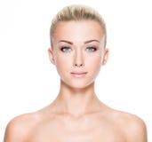 Piękna młoda kobieta z pięknymi niebieskimi oczami Obraz Stock