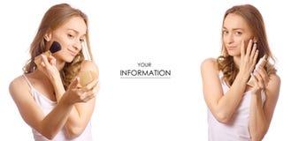 Piękna młoda kobieta z rumiena muśnięcia kremową podstawą w ręki piękna makeup setu wzorze fotografia royalty free