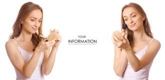 Piękna młoda kobieta z rumiena muśnięciem w ręki piękna makeup setu wzorze zdjęcia royalty free