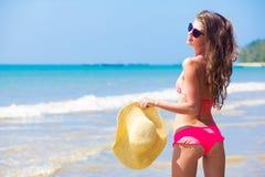 Piękna młoda kobieta z słomianego kapeluszu pozycją dalej fotografia stock