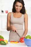 Piękna młoda kobieta z sałatką, na bielu Zdjęcia Stock