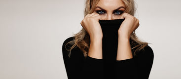 Piękna młoda kobieta z smokey spojrzeniem zdjęcia stock