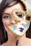 Piękna młoda kobieta z tajemniczą venetian maską Obrazy Stock