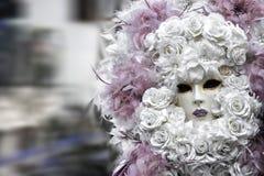 Piękna młoda kobieta z tajemniczych kolorów Wenecką maską bedsheet moda kłaść fotografii uwodzicielskich białej kobiety potomstwa Zdjęcie Stock