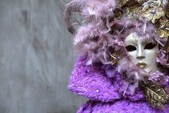 Piękna młoda kobieta z tajemniczych kolorów Wenecką maską bedsheet moda kłaść fotografii uwodzicielskich białej kobiety potomstwa Zdjęcia Royalty Free