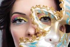 Piękna młoda kobieta z tajemniczym venetian maski zakończeniem up Obrazy Stock