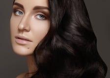Piękna młoda kobieta z tomową kędzierzawą fryzurą Piękno brunetki model z czystą skórą, splendor mody makeup fotografia stock