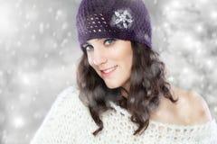 Piękna młoda kobieta z trykotowym kapeluszem Zdjęcie Stock