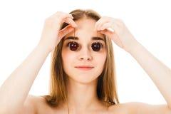 Piękna młoda kobieta z wiśnią odizolowywającą Obrazy Stock