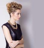 Piękna młoda kobieta z wieczór makijażem i salonu uczesaniem palisz się Skomplikowana fryzura dla przyjęcia Obrazy Stock