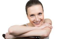 Piękna młoda kobieta z wspornikami na zębach Obraz Stock