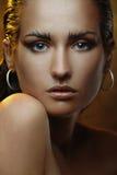 Piękna młoda kobieta z złocistą makeup i brązu skórą Zdjęcie Stock