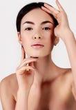 Piękna młoda kobieta z zdrową rozjarzoną skórą naturalne piękno Zdjęcia Stock