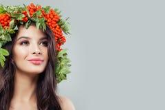 Piękna młoda kobieta z zdrową skórą, długi kędzierzawy włosy fotografia stock