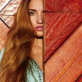 Piękna młoda kobieta za drzwi Obraz Royalty Free