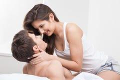 Piękna młoda kochająca para jest odpoczynkowa wpólnie zdjęcie royalty free