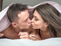 Piękna młoda kochająca para w łóżku w domu Miłości i związków pojęcie fotografia royalty free