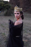 Piękna młoda królowa w czarnej przesłonie Fotografia Royalty Free